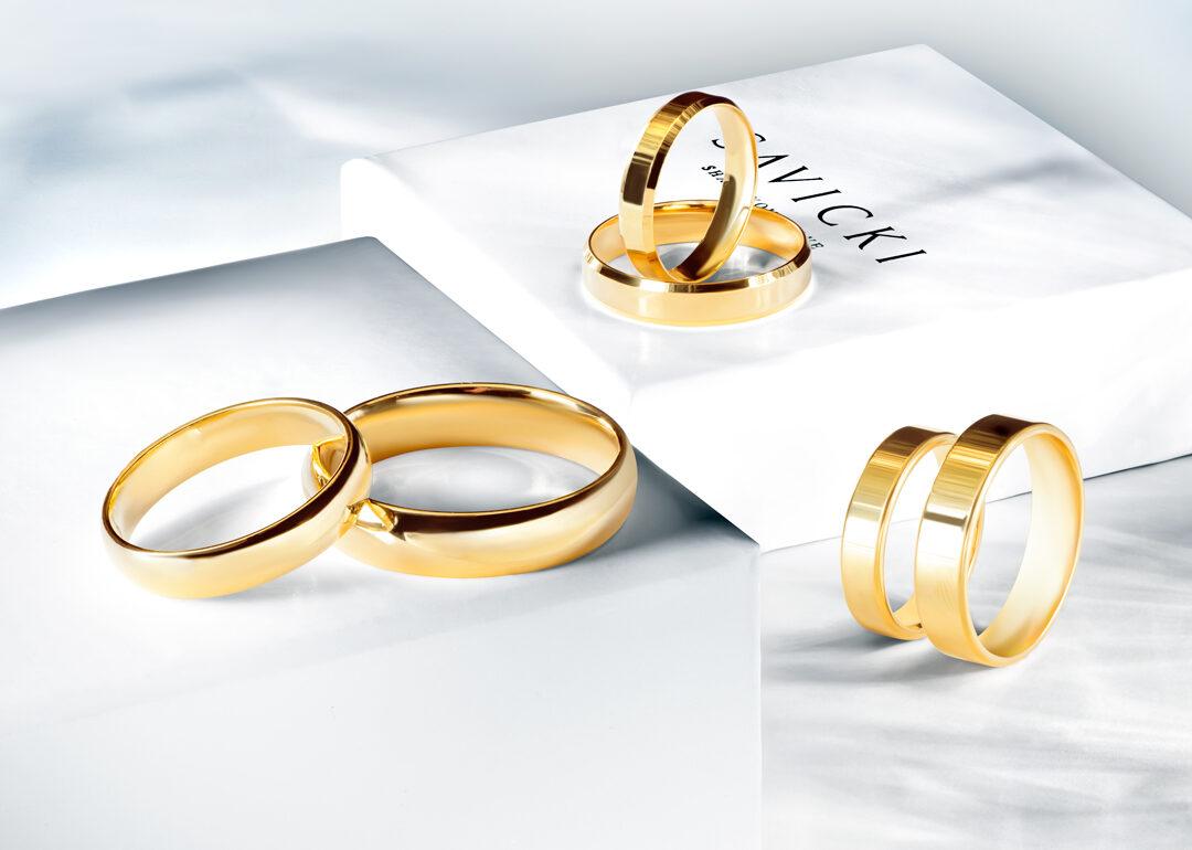 Jaki pierścionek pasuje do obrączek ślubnych